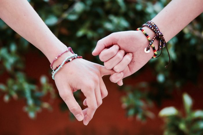 付き合う前に手を繋ぐ前に確認!脈ありのサイン