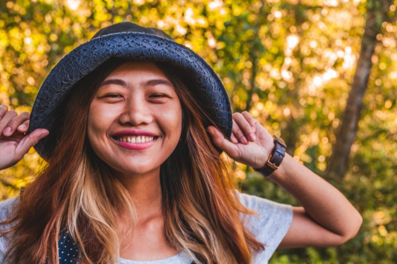 帽子をかぶっているアジア人女性