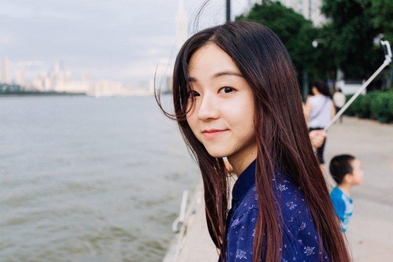 ほほえむアジア人女性