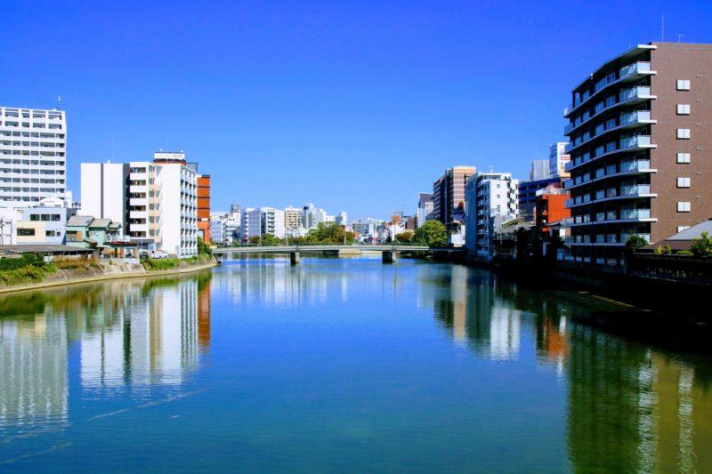 福岡の街並みと青空