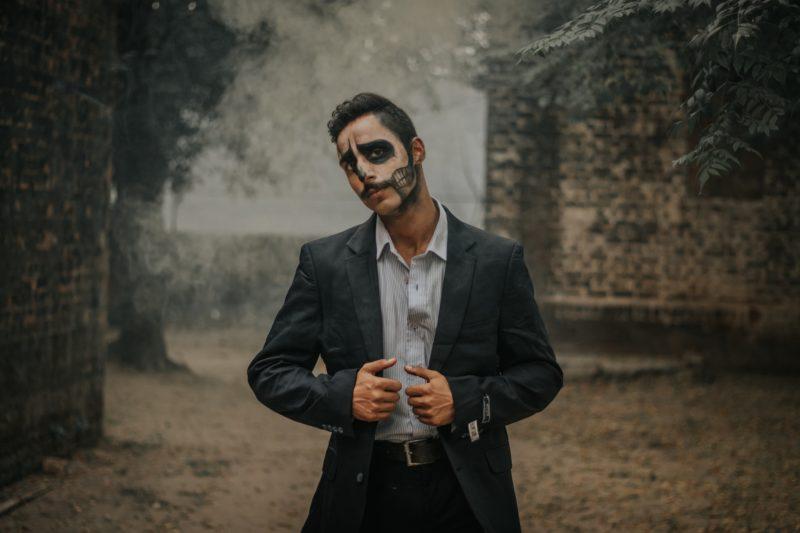 悪者のイメージの男性