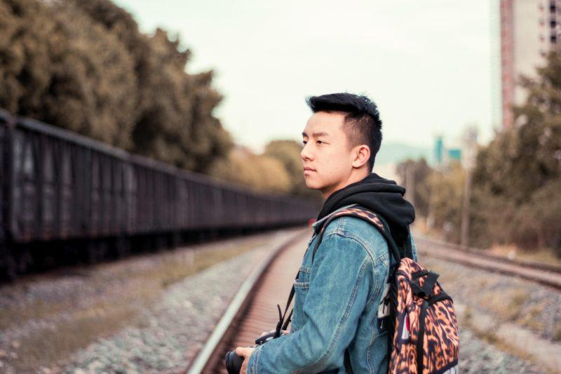 リュックを背負ったアジア人男性