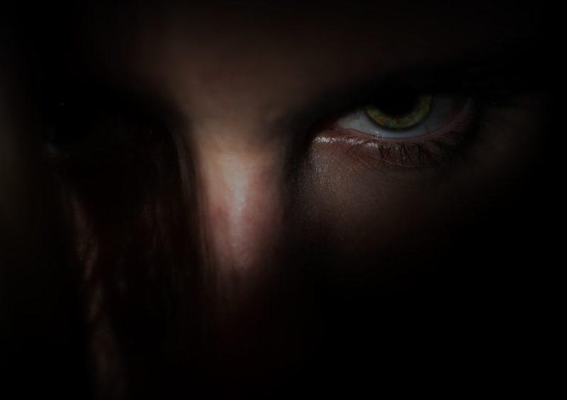 暗闇の男性の顔